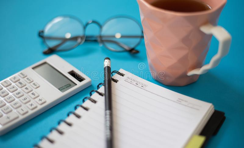 办公桌、笔记薄与铅笔和其他供应 免版税库存图片