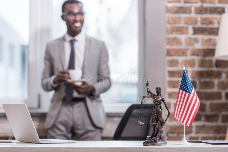 办公桌和对象与非裔美国人的商人 库存图片