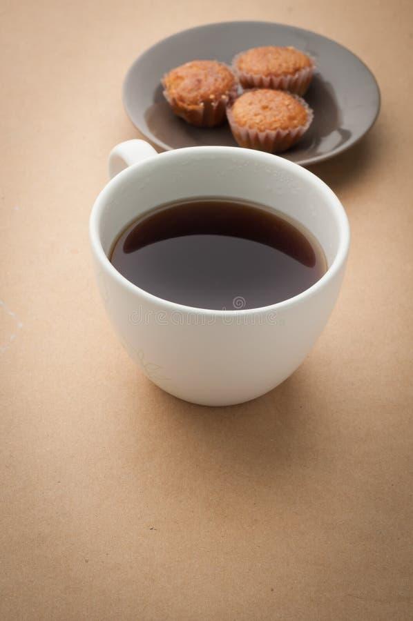 办公桌用无奶咖啡和香蕉结块 图库摄影