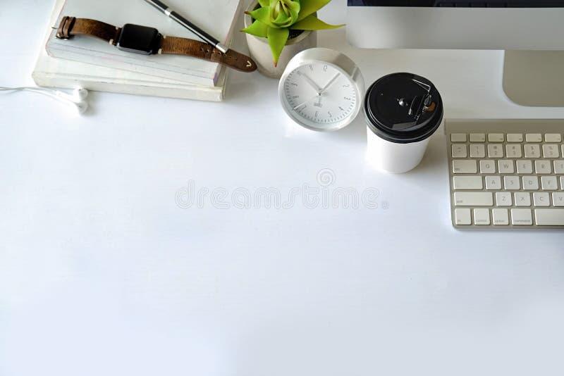 办公桌空间和供应 免版税库存图片