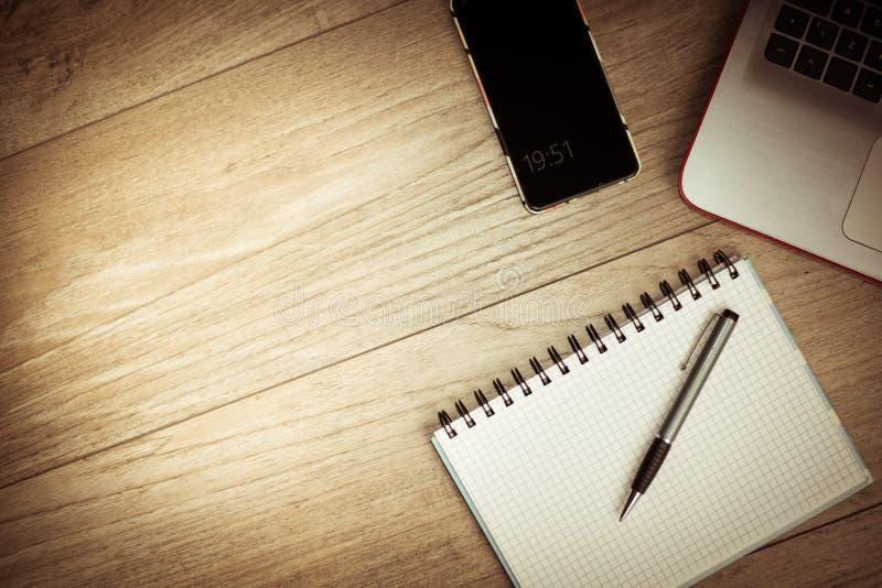 办公桌背景概念 与桌面膝上型计算机、手机和垫的企业计算机空的办公室桌 免版税库存图片