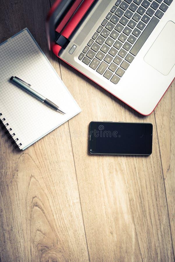 办公桌背景概念 与桌面膝上型计算机、手机和垫的企业计算机空的办公室桌 库存图片