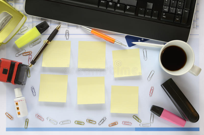 办公桌,在稠粘的笔记的赠送阅本空间 库存图片