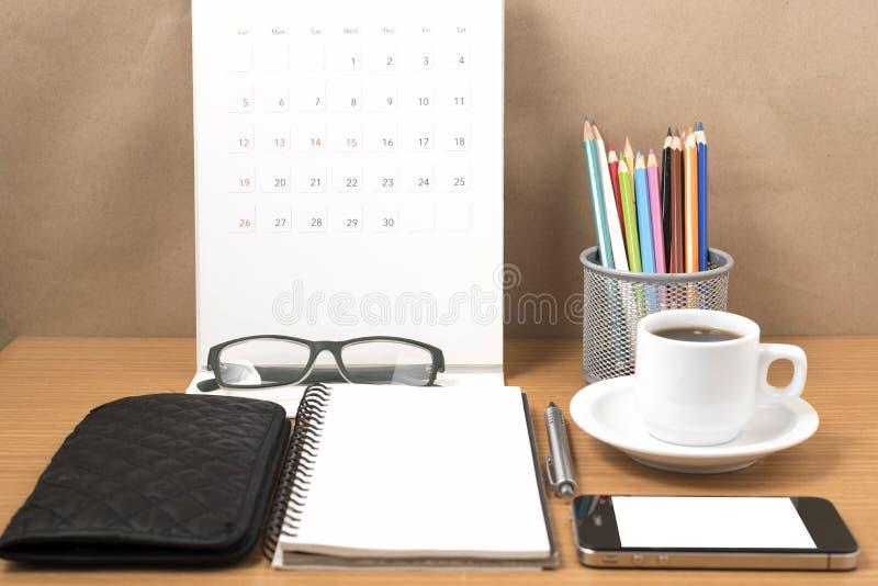 办公桌:与电话,钱包,日历,心脏,笔记薄的咖啡, ey 图库摄影