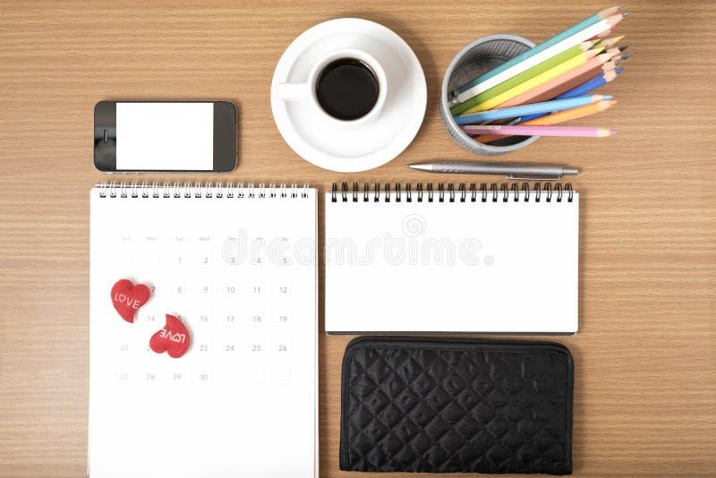 办公桌:与电话,钱包,日历,心脏,颜色penc的咖啡 免版税库存照片