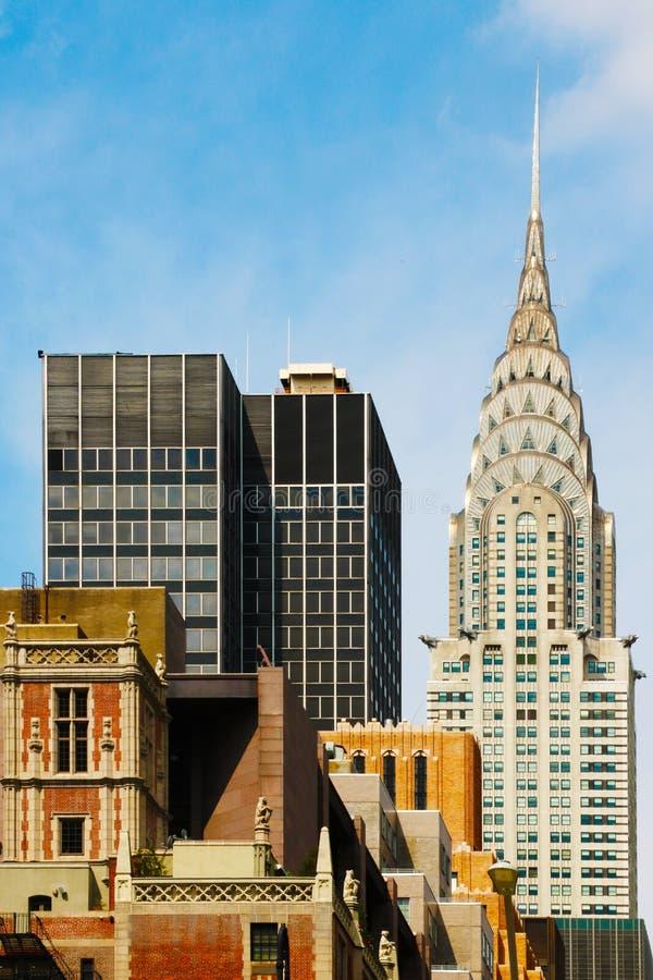 办公楼与美丽的天空的顶视图背景 纽约中心-华尔街曼哈顿大厦  免版税库存照片
