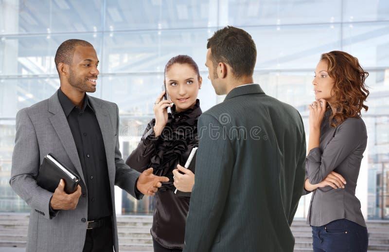 办公楼买卖人前面  免版税库存照片