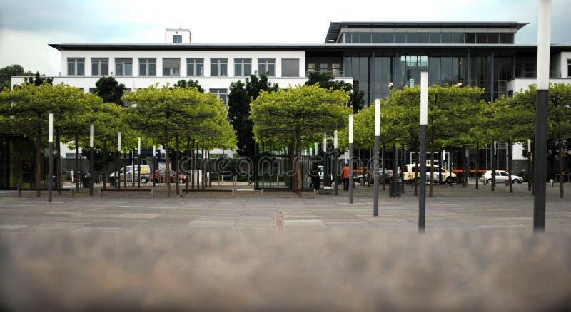 办公楼以绿色 免版税库存照片