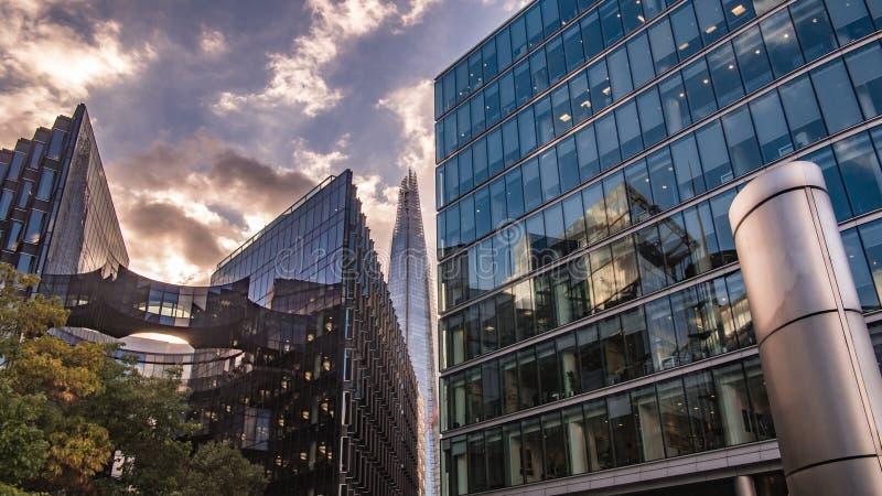 办公楼和碎片在日落在伦敦 免版税库存照片