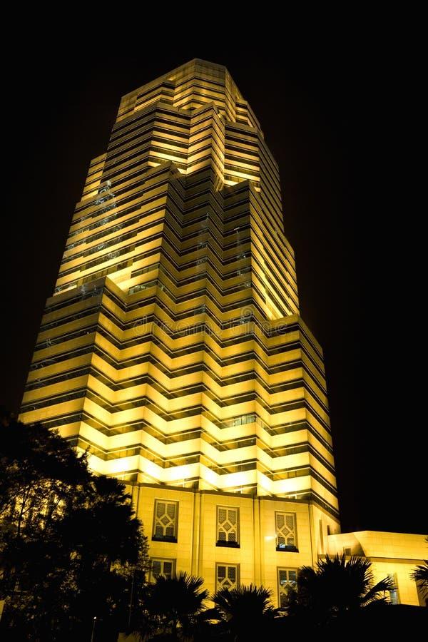 办公楼在晚上 免版税图库摄影