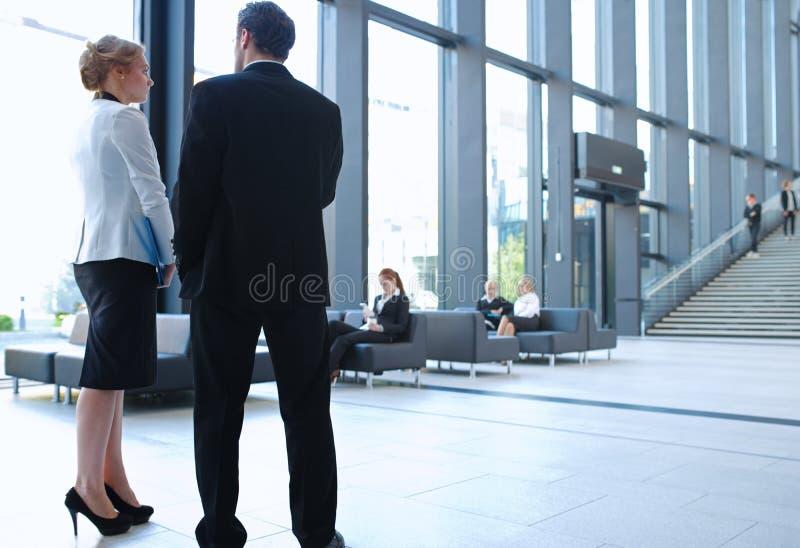 办公楼大厅的商人  库存照片
