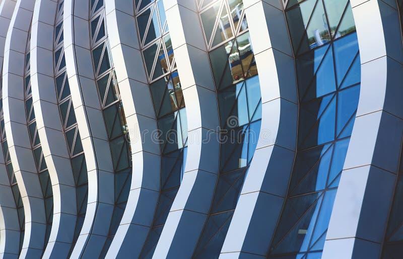 办公楼玻璃窗摘要样式 免版税库存图片