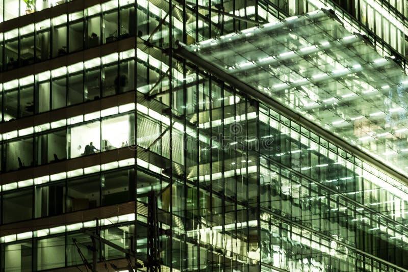 办公楼门面在晚上-城市点燃 库存图片