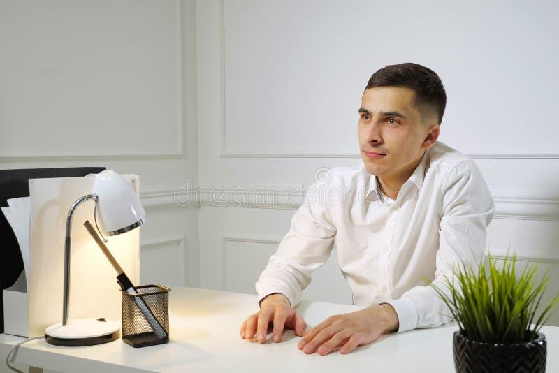 办工室职员年轻人延迟开会在工作在办公室桌上 免版税库存图片