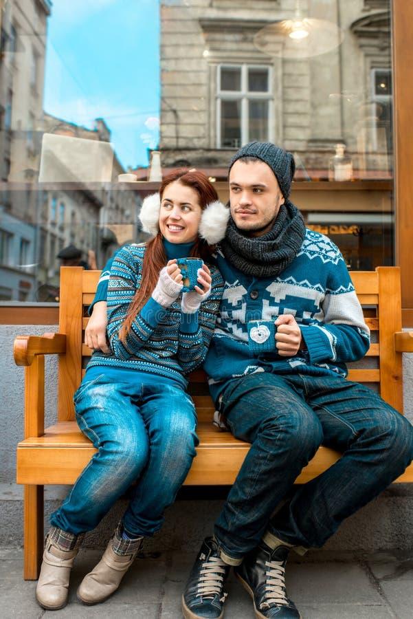 年轻加上咖啡在外面冬天 库存图片