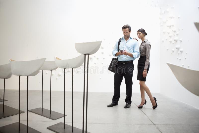 加上在美术画廊的给上釉的陶瓷小船 免版税库存图片