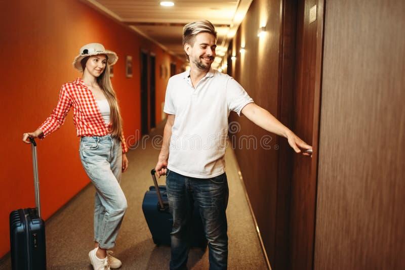 加上寻找他们的旅馆客房的手提箱 免版税库存图片