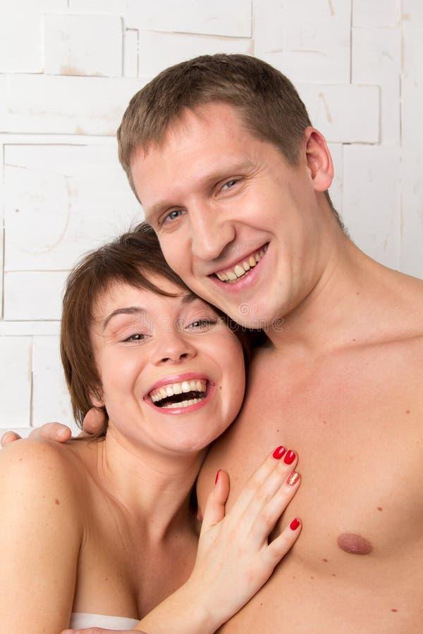 年轻加上幸福的情感在白色墙壁附近的 免版税库存照片