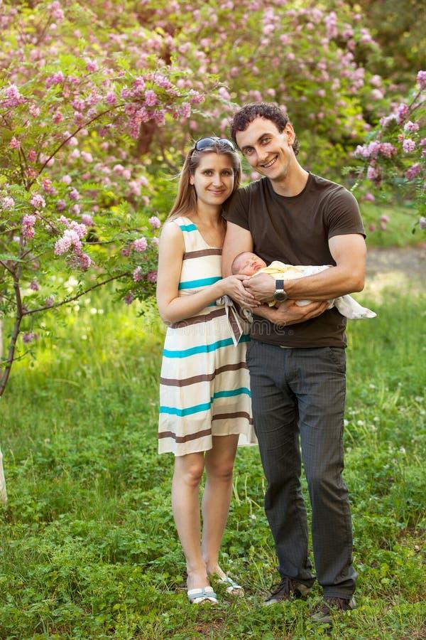 年轻加上户外新出生的儿子在春天 免版税库存照片