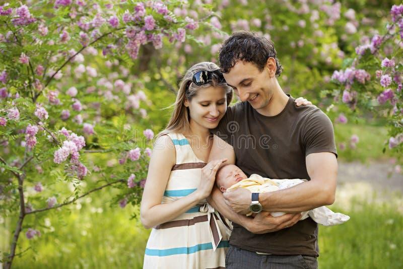 年轻加上户外新出生的儿子 免版税库存图片