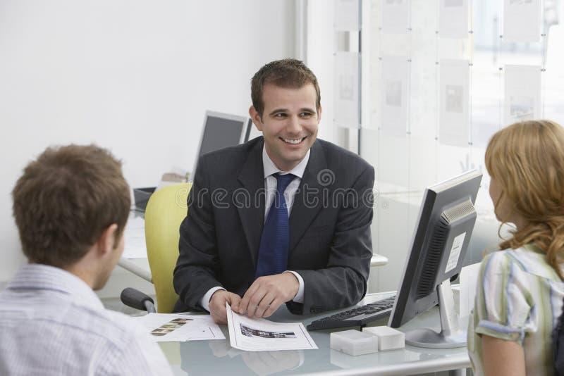 加上房地产开发商在办公室 库存图片