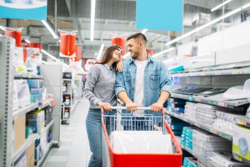 加上推车在超级市场,家庭购物 库存图片