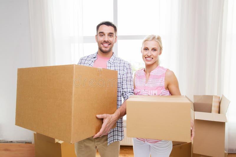加上搬到新的家的大纸板箱 免版税图库摄影