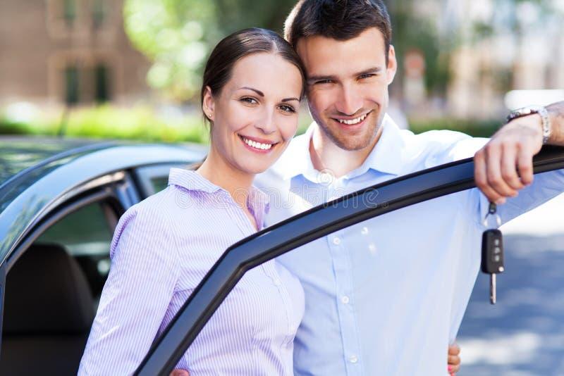 年轻加上新的汽车 免版税图库摄影