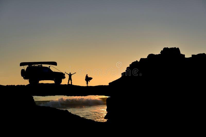 加上汽车和独木舟在海滩 免版税库存图片