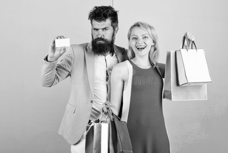 加上豪华袋子在购物中心 夫妇喜欢购物 人有胡子的行家举行信用卡和女孩享用 库存照片