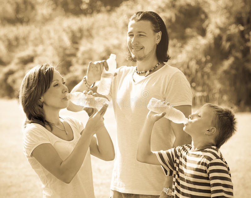 加上从瓶的少年饮用水 库存图片
