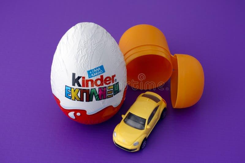 更加亲切的惊奇鸡蛋和它的内容 免版税库存照片