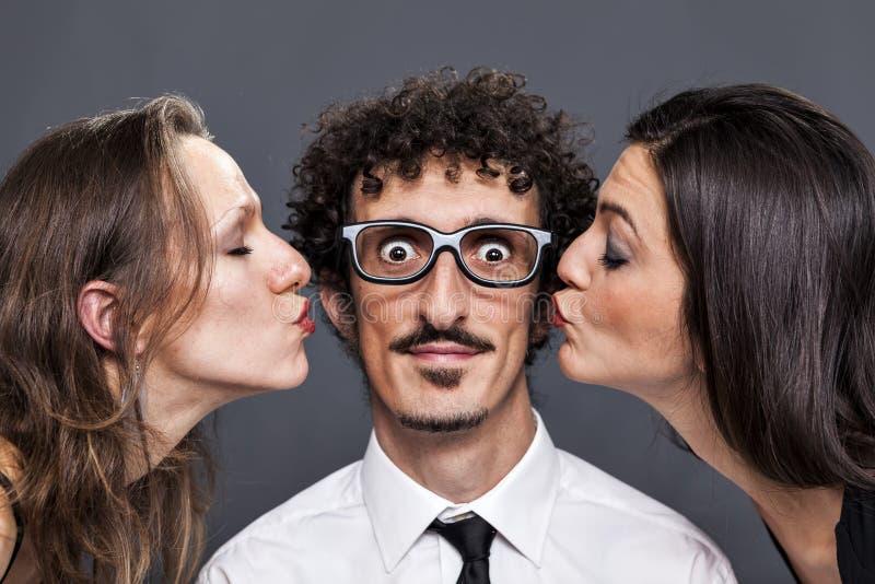 加倍从他的女朋友的亲吻 免版税库存照片