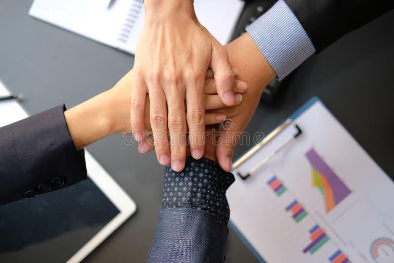 加入团结的手,企业队的商人一起接触手 团结配合合作概念 库存照片