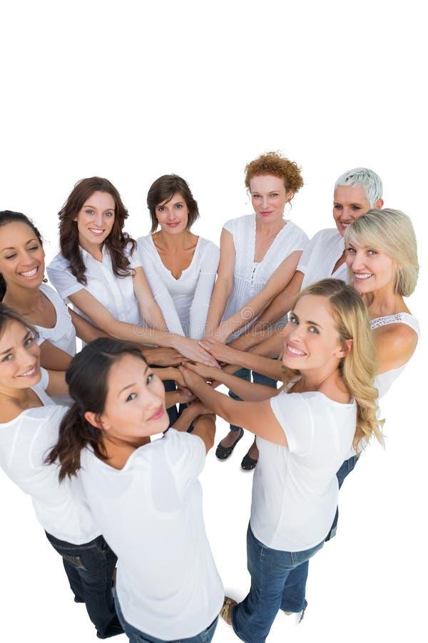 加入在圈子的手和看凸轮的愉快的女性模型 免版税库存图片