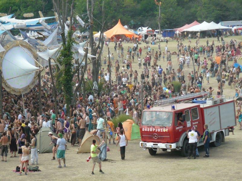 加入音乐节的人装载  免版税库存图片