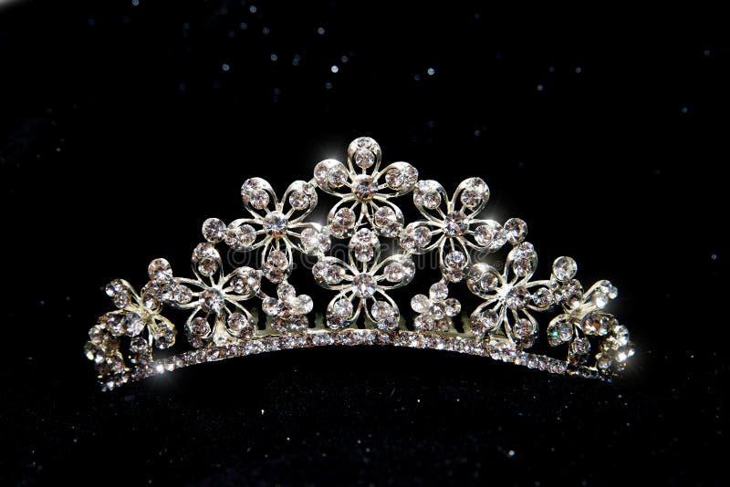 加冠,婚姻冠状头饰,在黑背景隔绝的王冠 免版税库存照片