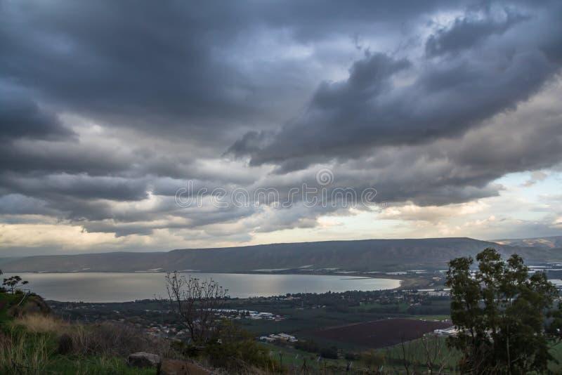 加利利海,以色列的自然水源,在一个多云冬日与剧烈的黑暗的雨云风景的12月 库存图片