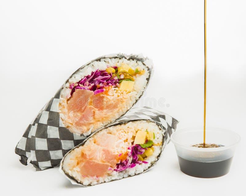 加利福尼亚卷的特写镜头用紫色圆白菜、三文鱼、玉米和被切的菜 库存照片