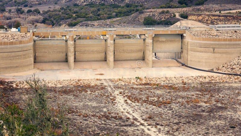加利福尼亚天旱的作用对部雷得伯里水坝和湖Cachuma 免版税库存图片