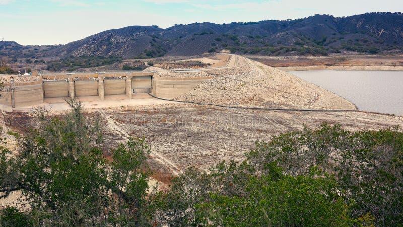 加利福尼亚天旱的作用对部雷得伯里水坝和湖Cachuma 库存照片
