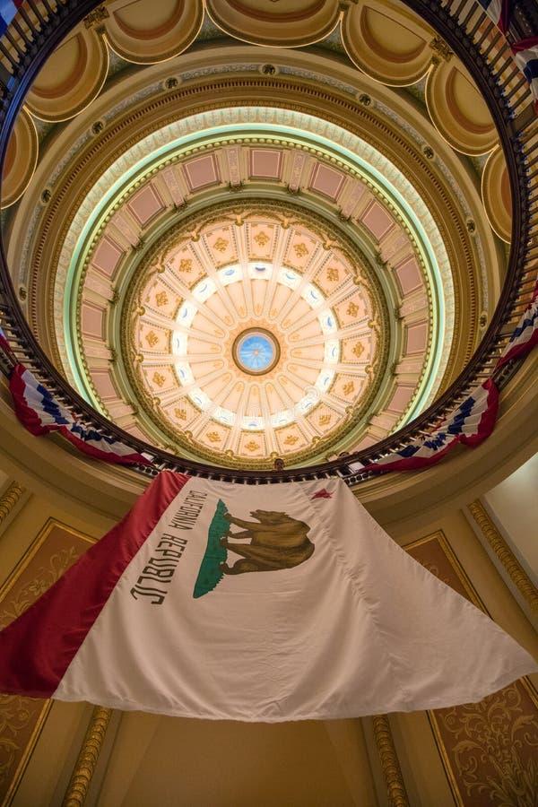 加利福尼亚旗子在状态国会大厦,萨加门多 库存图片
