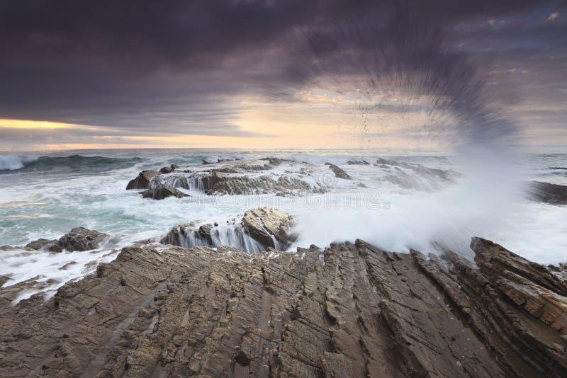 加利福尼亚海岸和平的飞溅的海浪 库存照片