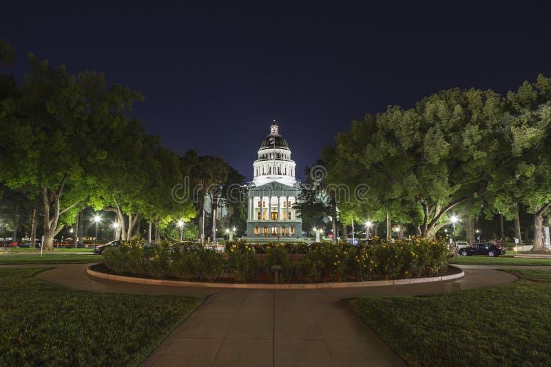 加利福尼亚状态国会大厦大厦的夜视图 免版税库存照片