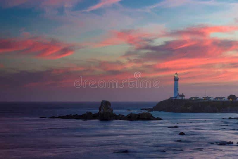加利福尼亚鸽子在日落的点灯塔 免版税库存照片