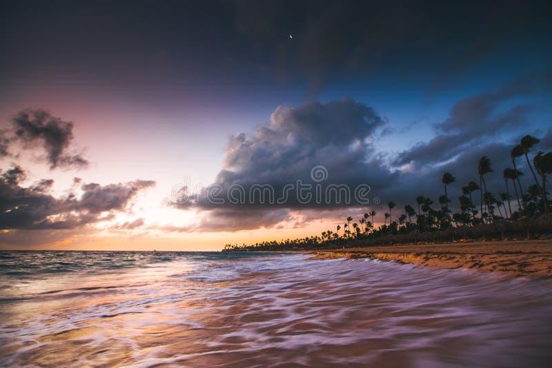 加勒比假期,在热带海滩的美好的日出 免版税图库摄影