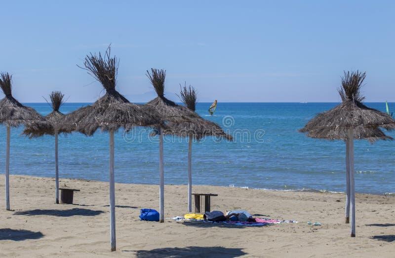 加勒比沙滩伞的图象在秸杆的,使荒凉与s 免版税图库摄影