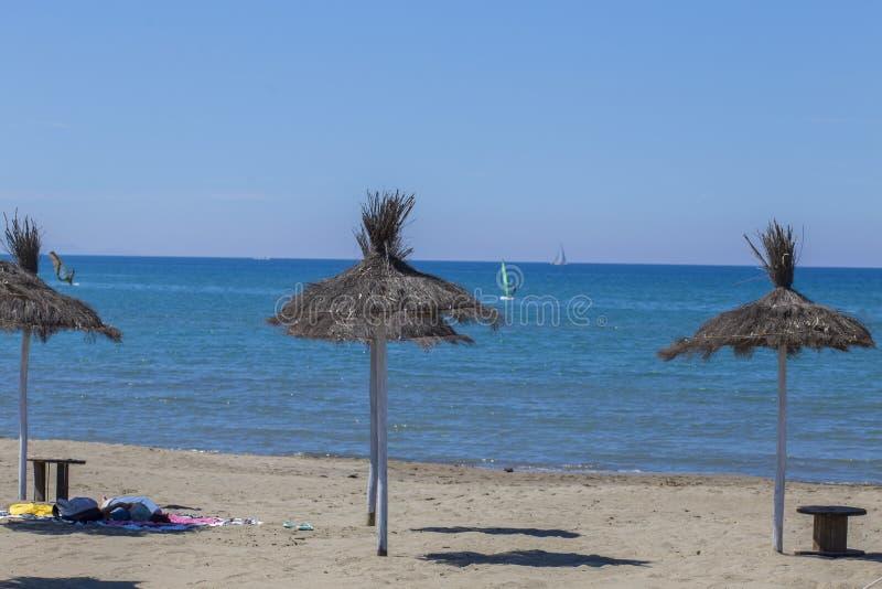 加勒比沙滩伞的图象在秸杆的,使荒凉与s 免版税库存图片