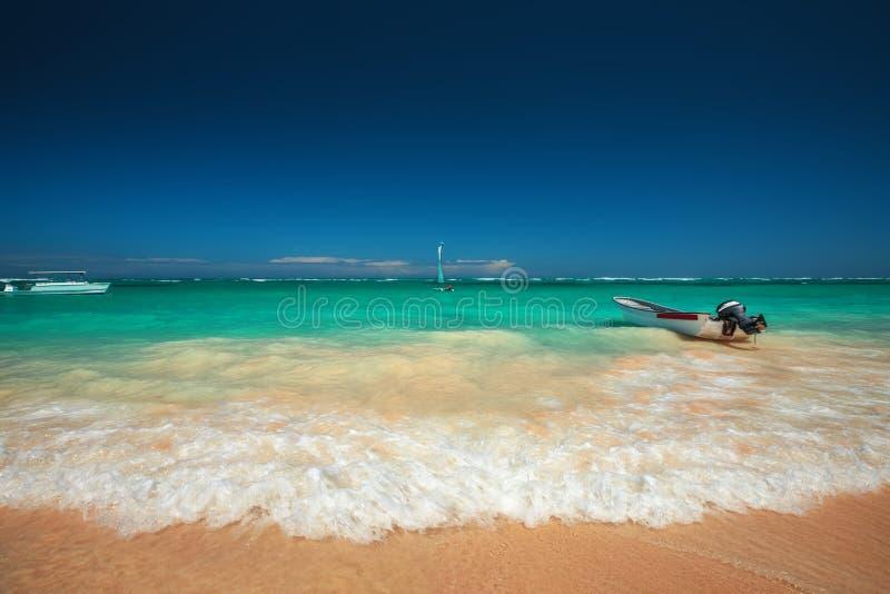 加勒比海和小船在岸,美好的全景 图库摄影
