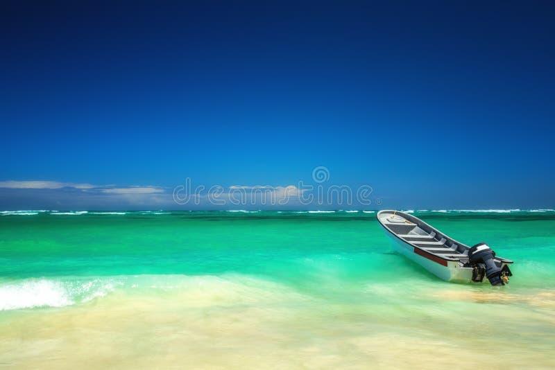 加勒比海和小船在岸,美好的全景 免版税库存图片